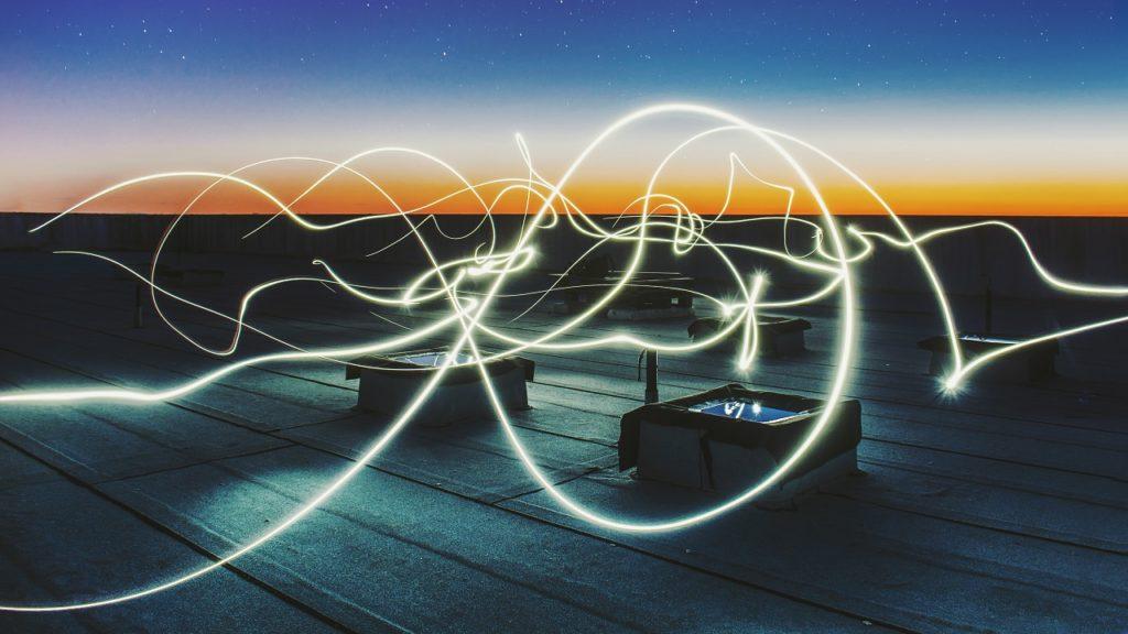 lichtkreise tanzen über eine terasse