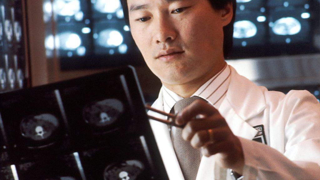 mann sieht sich ein röntgenbild an
