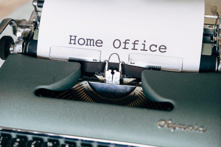 Schreibmaschine mit Homeoffice Schriftzug auf Papier