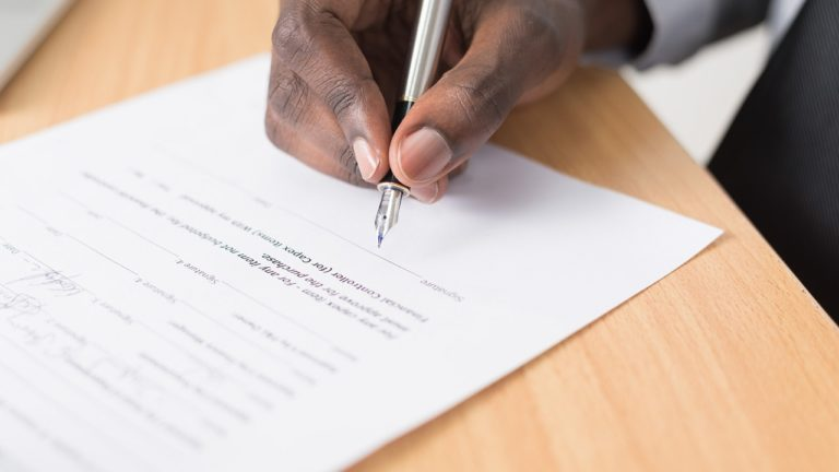 mann unterzeichnet einen Vertrag