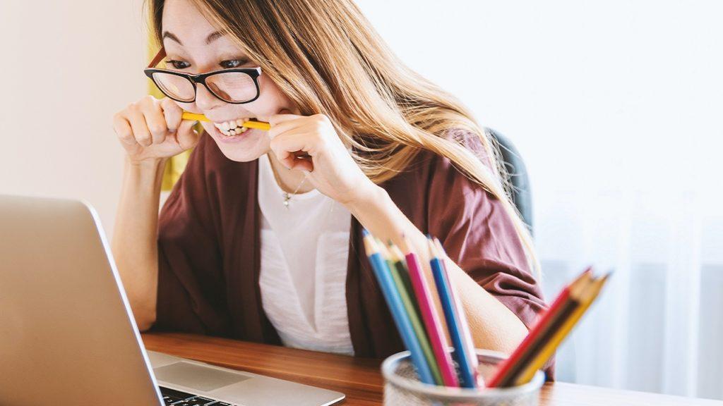 Frau schreibt Online-Klausur